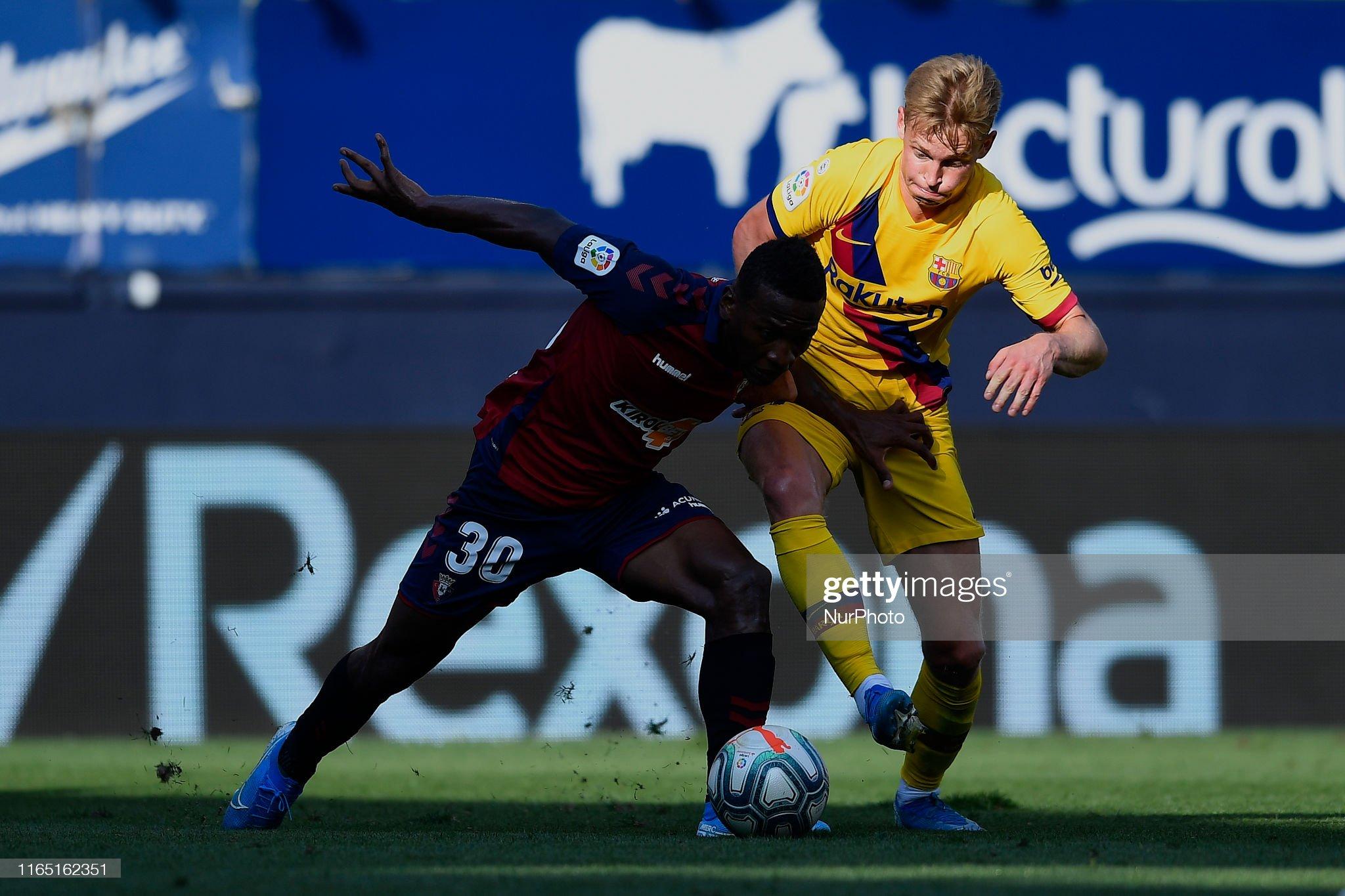 صور مباراة : أوساسونا - برشلونة 2-2 ( 31-08-2019 )  Frenkie-de-jong-of-barcelona-and-pervis-estupinan-of-osasuna-competes-picture-id1165162351?s=2048x2048