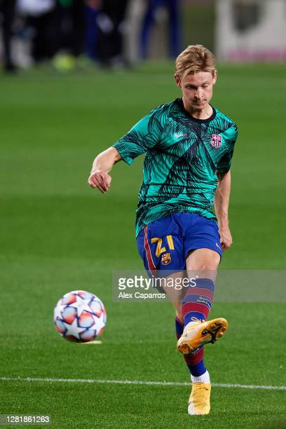 Frenkie De Jong of FC Barcelona warms up prior to the UEFA Champions League Group G stage match between FC Barcelona and Ferencvaros Budapest at Camp...