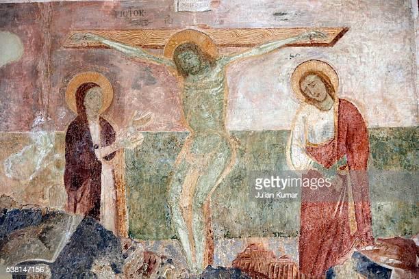 fresco by rinaldo da taranto in santa maria del casale church (14th century): the virgin mary, christ on the cross and saint john of the cross - crucifixion photos et images de collection