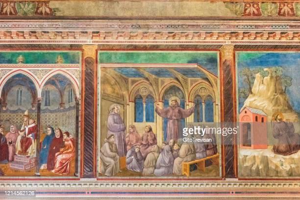 soffitti affrescati e pareti all'interno della basilica di san francesco, assisi, italia - affresco foto e immagini stock