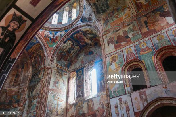frescos in the church of gelati monastery, kutaisi, georgia - klooster stockfoto's en -beelden