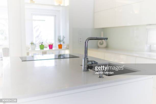 fresh and modern white style home kitchen interior - quartzo - fotografias e filmes do acervo