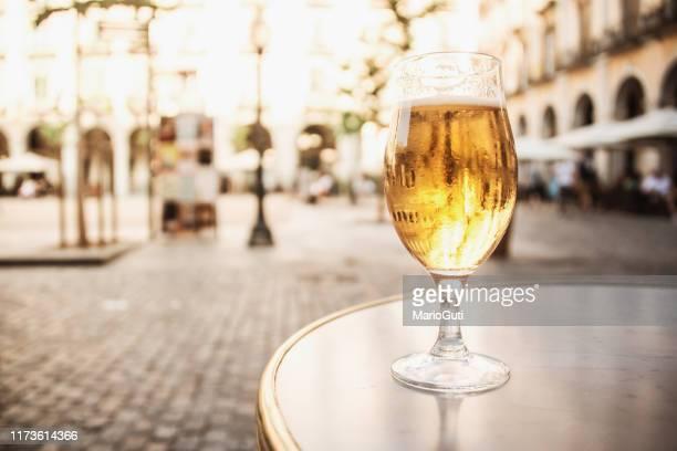 vers bier in een buitenbar terras - patio stockfoto's en -beelden