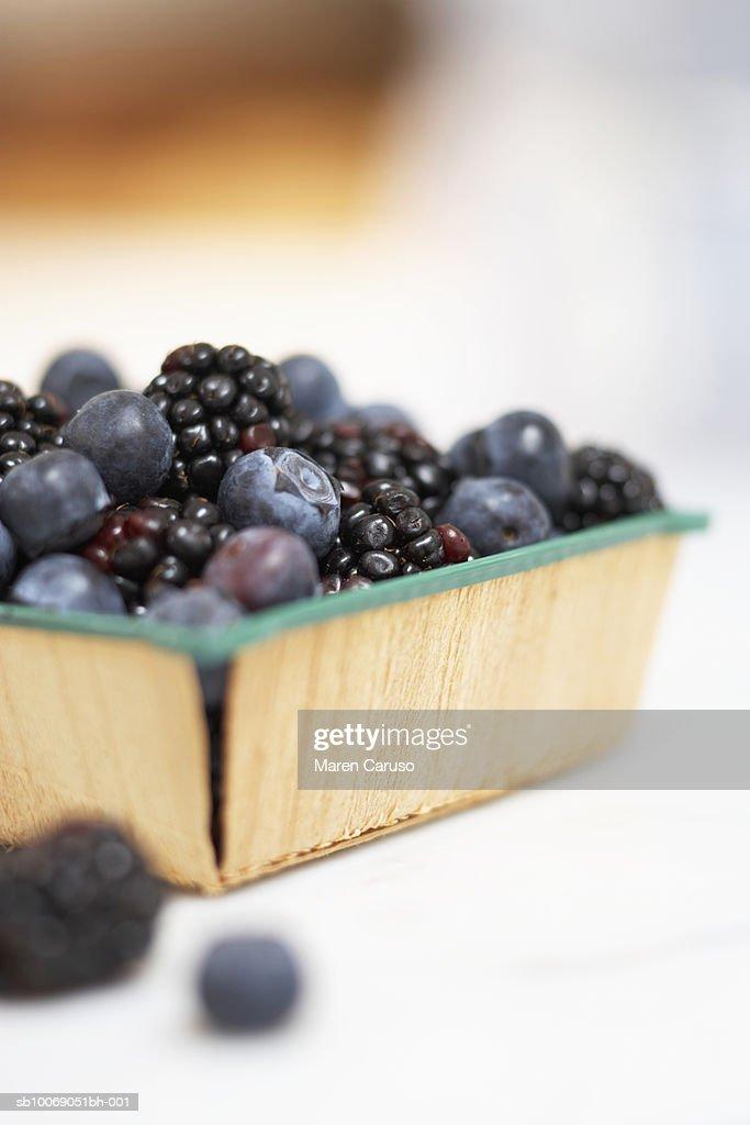 Fresh blueberries an blackberries in basket, close-up : Stockfoto