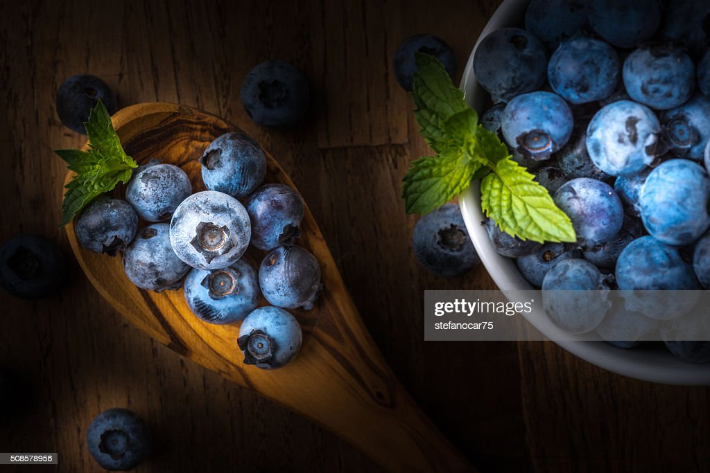 fresh blueberry on a wooden table and bowl : Stockfoto