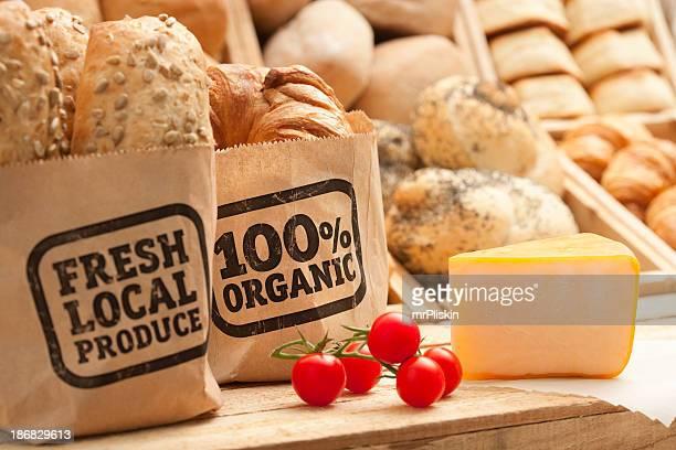 Pan recién horneado, queso y tomate