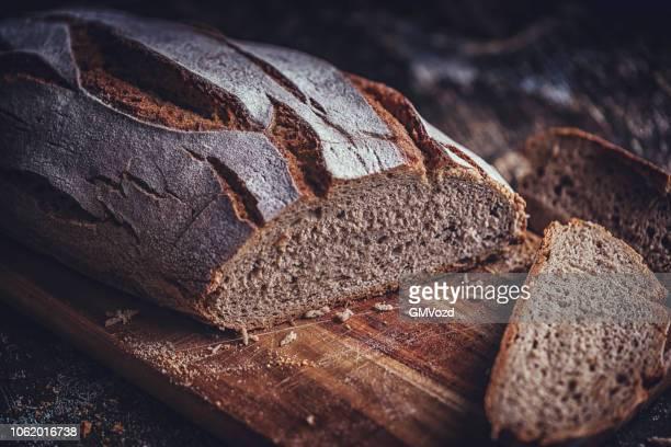 pane integrale fresco - pane integrale foto e immagini stock