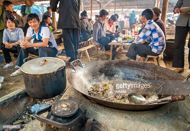 fresh cooked food at bac ha market, vietnam - vietnamese cultuur stockfoto's en -beelden