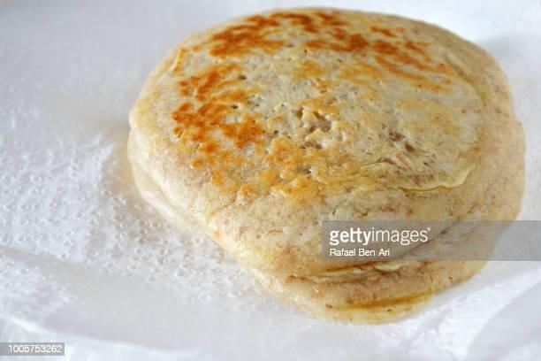fresh cooked pancake on a paper towel - rafael ben ari stock-fotos und bilder
