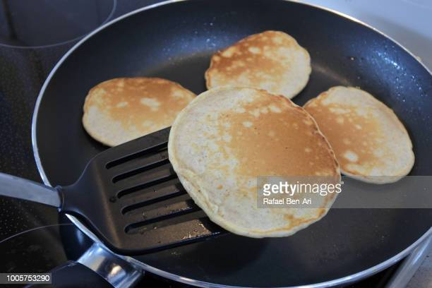 fresh cooked pancakes in a frying pan - rafael ben ari - fotografias e filmes do acervo