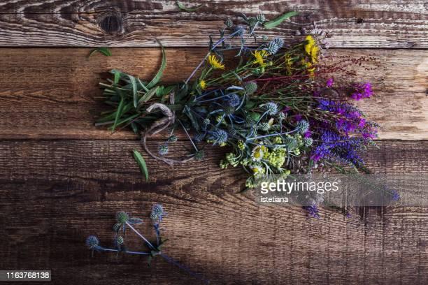 fresh cut wild flowers bouquet - mazzi fiori di campo foto e immagini stock