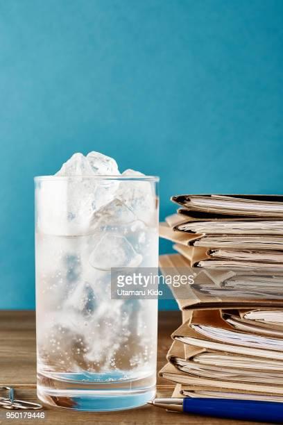 fresh drink. - koolzuurhoudende drank stockfoto's en -beelden