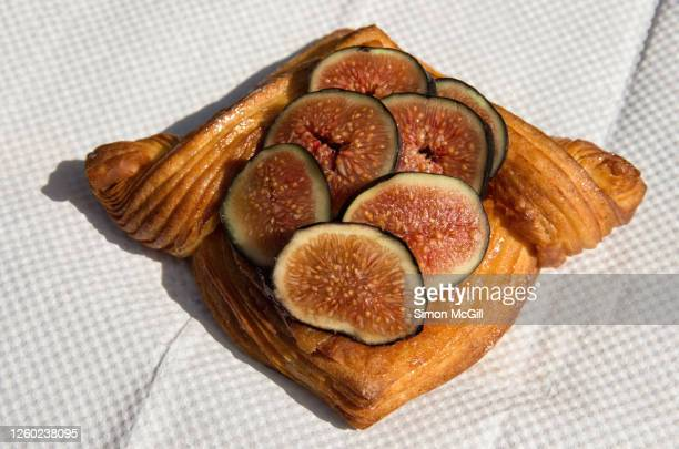 fresh fig and ricotta viennoserie tart on a paper serviette - sweet bun stock pictures, royalty-free photos & images