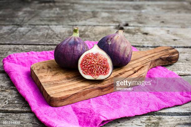 Fresh figs, chopping board