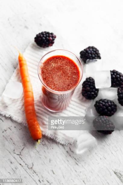 Frischer Fruchtsaftgetränk in Glas, Detox, Rohbeere und Karotten-Saft Smoothie,