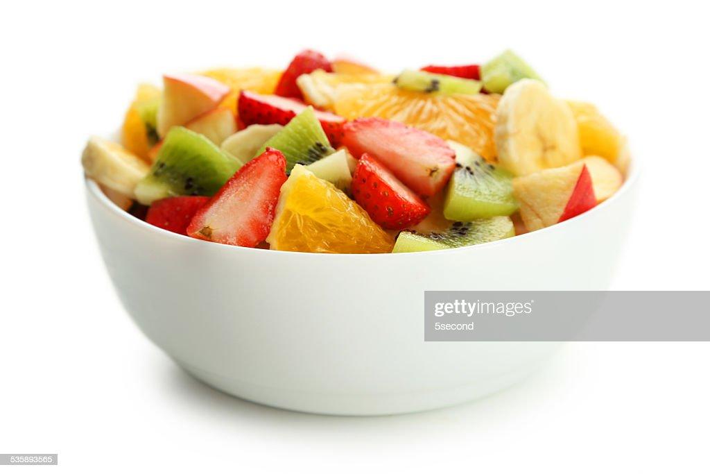 Insalata di frutta fresca isolato su bianco : Foto stock