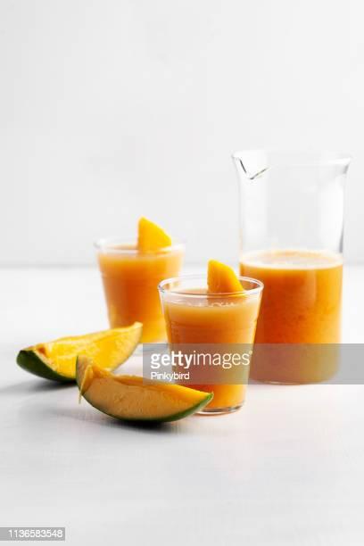 Frischer Frucht-Smoothie, isolierter Shake, Fresh Mango und Zitronen-Smoothie, Mangogetränk