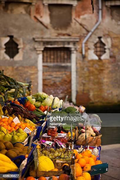 Frutas y verduras frescas para la venta en Venecia,