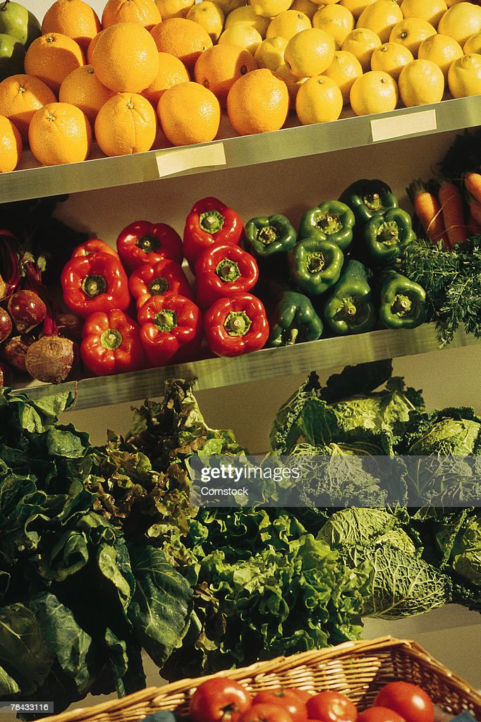Fresh fruits and vegetables in grocery store : Stockfoto