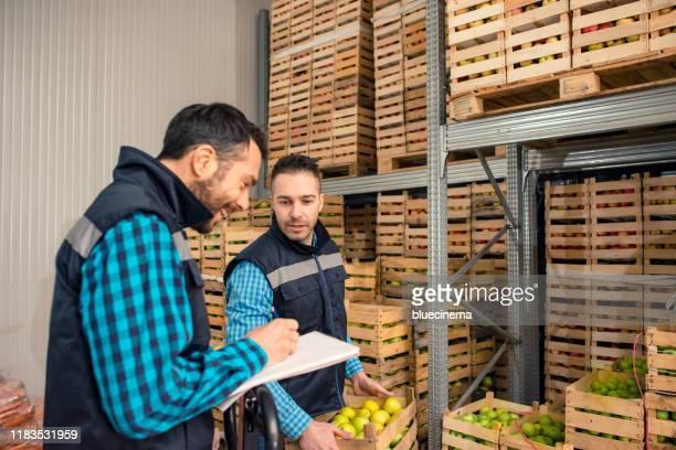 倉庫内の新鮮な果物や野菜 - 食料倉庫 ストックフォトと画像