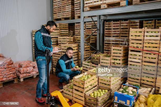 倉庫での新鮮な果物や野菜 - 食料倉庫 ストックフォトと画像