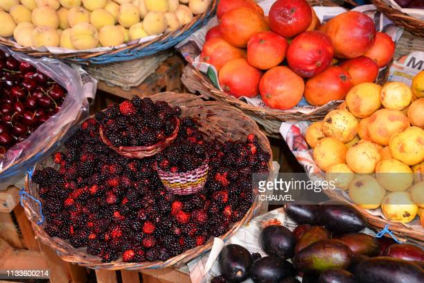 fresh fruits market bolivia - plan rapproché stock pictures, royalty-free photos & images