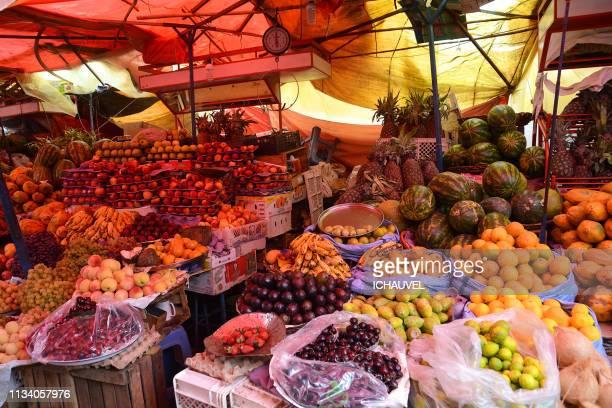 fresh fruits market bolivia - bolivia fotografías e imágenes de stock