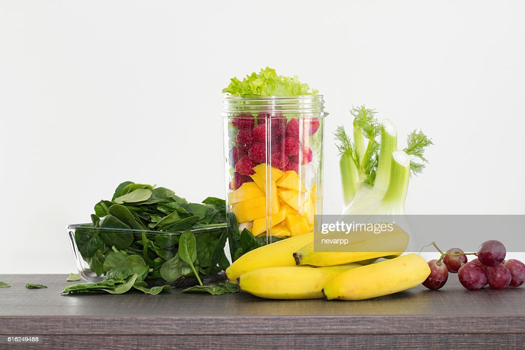 fresh fruits prepared for healthy raw breakfast : Foto de stock