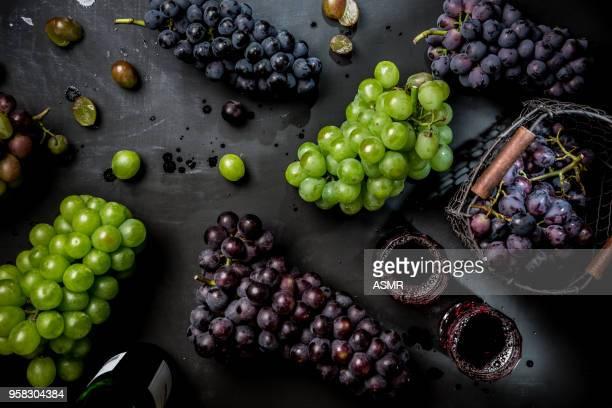 Uvas frescas en el blackground