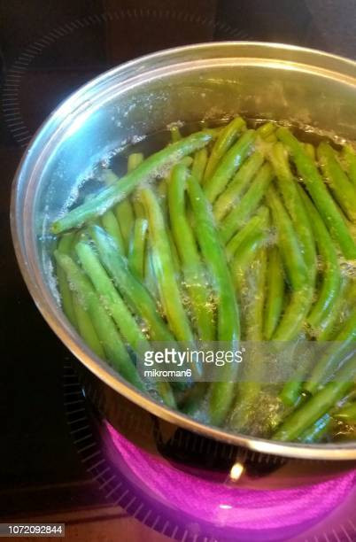 fresh green beans (phaseolus vulgaris) boiling in pan - rijp voedselbereiding stockfoto's en -beelden