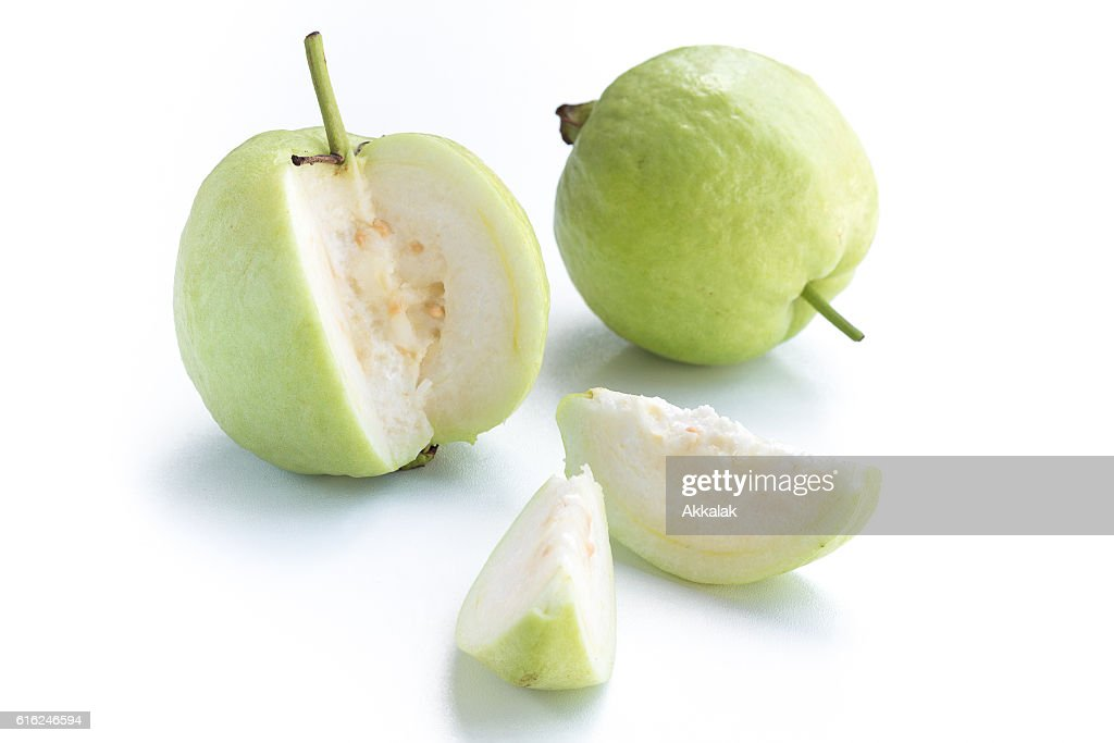 Guayaba frescas sobre un fondo blanco : Foto de stock