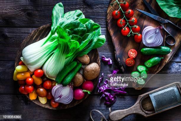 ヘルシーなサラダを準備するための新鮮な食材 - 白梗菜 ストックフォトと画像