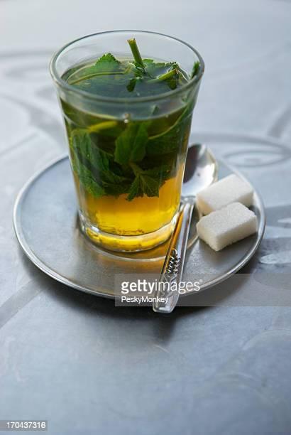 Thé à la menthe fraîche avec Cubes de sucre