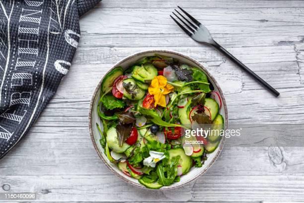 fresh mixed salad with edible flowers - crucíferas - fotografias e filmes do acervo