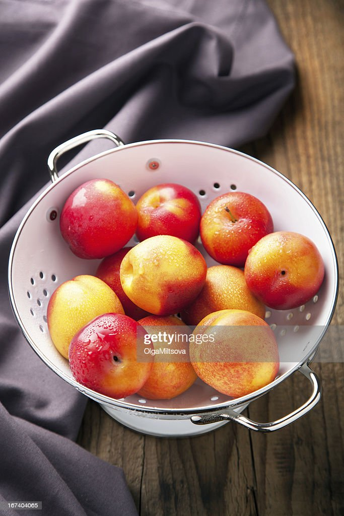 fresh nectarines and plums : Stockfoto