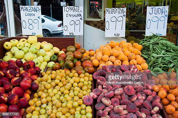 fresh organic fruits with labels at market stall - segnale informativo foto e immagini stock