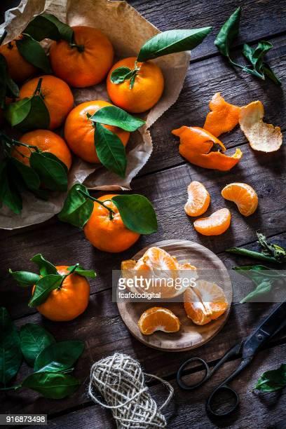 Mandarinas frescas orgánicas en mesa de madera rústica