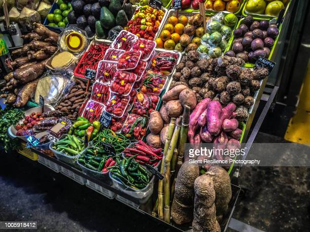 fresh & organic vegetable market stall, la boqueria, barcelona - 市場広場 ストックフォトと画像