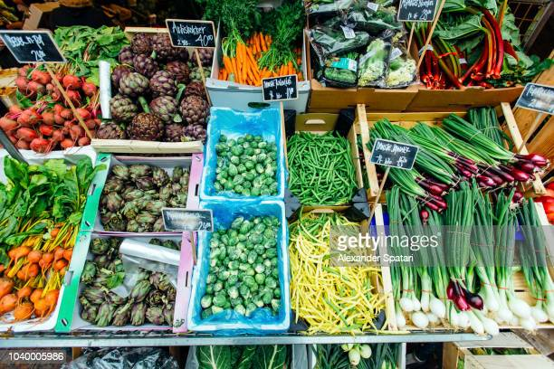 fresh organic vegetable on a market stall at farmer's market in copenhagen, denmark - markt stockfoto's en -beelden