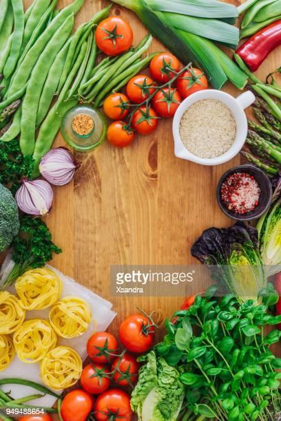 Verse biologische groenten op een houten achtergrond
