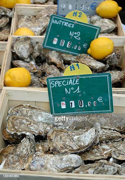 新鮮なカキやレモンズ「フィッシュマーケットにノルマンディ、フランス