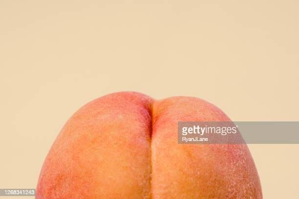 桃色の背景に新鮮な桃 - ピーチカラー ストックフォトと画像