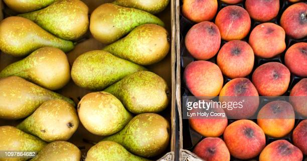 fresh pears and peaches ready for sale in boxes - lyn holly coorg photos et images de collection