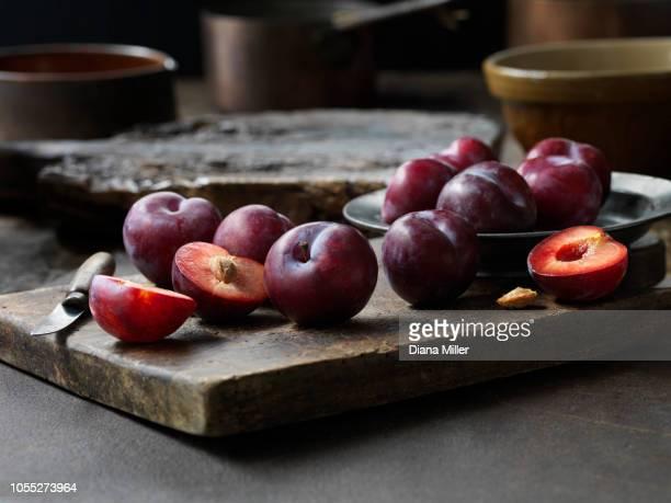 fresh plums - ciruela fotografías e imágenes de stock