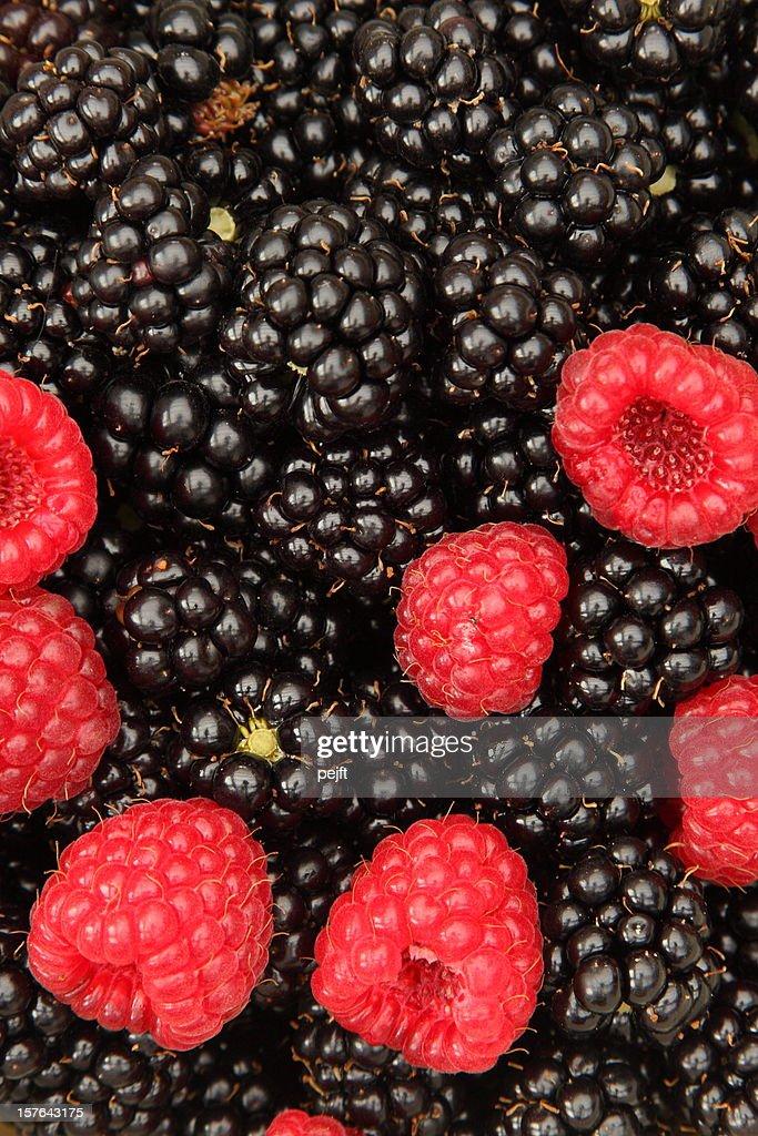 Fresh raspberries (rubus idaeus) and blackberries full frame : Stock Photo