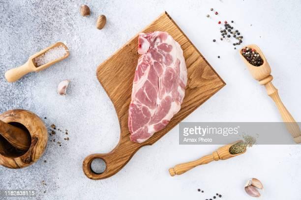 carne di maiale cruda fresca con grani di pepe, condimenti e spezie, pronta alla griglia. vista dall'alto - maiale carne foto e immagini stock