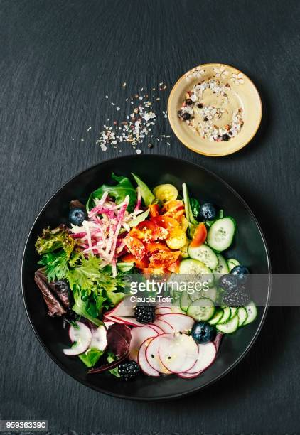 fresh salad - lettuce photos et images de collection