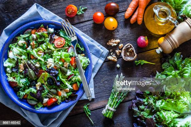 Placa de ensalada en la mesa de madera rústica