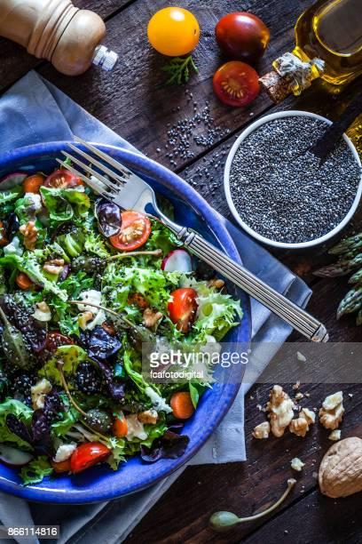 Ensalada con semillas de chia en la mesa de la cocina azul
