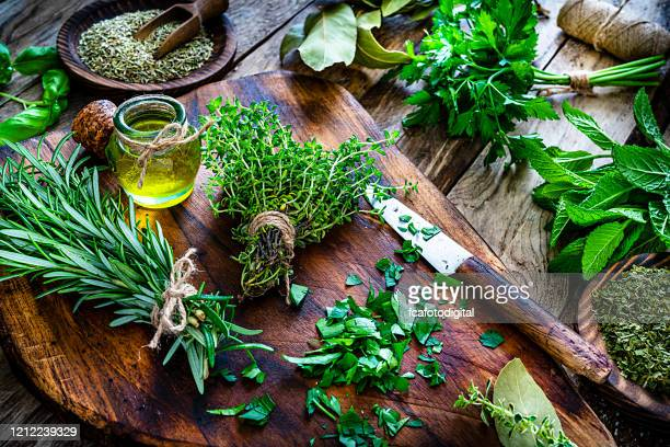 verse geurende organische kruiden voor het koken schot op rustieke keukenlijst - peterselie stockfoto's en -beelden